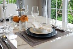 Tabela elegante ajustada na sala de jantar do estilo do vintage Imagens de Stock