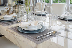 Tabela elegante ajustada na sala de jantar do estilo do vintage Fotografia de Stock