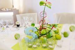 A tabela elegante ajustou-se em branco e em verde com as maçãs para a paridade do casamento Fotografia de Stock