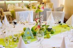 A tabela elegante ajustou-se em branco e em verde com as maçãs para a paridade do casamento Fotos de Stock Royalty Free
