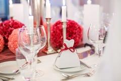 A tabela elegante ajustou-se para o partido do casamento ou do evento brandamente no vermelho e no pi fotos de stock