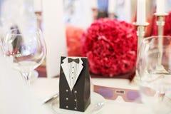 A tabela elegante ajustou-se para o partido do casamento ou do evento brandamente no vermelho e no pi imagens de stock