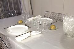 Tabela elegante preparada para um jantar romântico fotos de stock