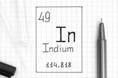 tabela elementy okresowe Handwriting chemicznego elementu ind Wewnątrz z czarnym piórem, próbną tubką i pipetą, zdjęcie royalty free