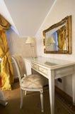 Tabela, espelho e cadeira Foto de Stock Royalty Free