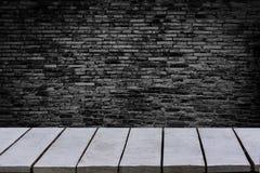 A tabela esvazia o fundo é prateleiras de madeira superiores vazias da parede de tijolo e fundo da parede de pedra foto de stock royalty free