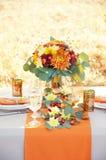Tabela Exquisitely decorada para dois Ajuste temático da tabela do outono Fotos de Stock Royalty Free