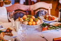 Tabela festiva ajustada As decorações da tabela Corte do fruto Banquete Wedding fotografia de stock royalty free