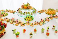 Tabela festiva com petiscos claros Banquete Wedding imagens de stock royalty free