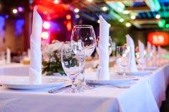 Tabela festiva e elegantemente servida para um banquete Imagens de Stock