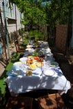 Tabela grande do almoço na sombra Fotos de Stock Royalty Free