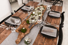 A tabela luxuosa ajustou-se no interior clássico da sala de jantar do estilo Foto de Stock Royalty Free