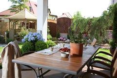 Tabela no jardim doméstico fotos de stock