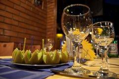 Tabela no restaurante com wineglass Foto de Stock Royalty Free