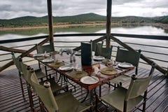 Tabela no restaurante no lago imagens de stock royalty free