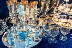 Tabela ornamentado Crystal Glasses Wine Champagne Silverware ajustado Eatin imagem de stock