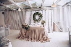 Tabela para o noivo com a noiva decorada com elementos decorativos e composições florais Imagens de Stock Royalty Free