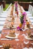 Tabela para um evento exterior em um lugar tropical Imagem de Stock Royalty Free
