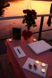 Tabela para uma união romântica no lago Fotos de Stock Royalty Free
