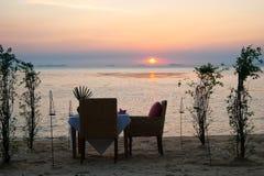 Tabela pequena romântica no litoral, com velas Fotos de Stock