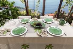 A tabela preparada saboroso e sofisticada espera a chegada dos convidados imagem de stock
