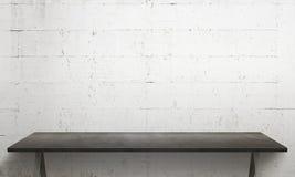 Tabela preta com pés Textura branca da parede no fundo Imagens de Stock
