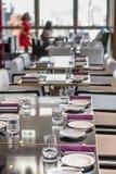 Tabela que ajusta muito bem o jantar do restaurante Imagens de Stock Royalty Free