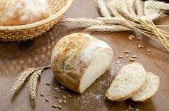 Tabela rústica com pão fresco foto de stock royalty free