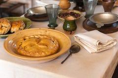 Tabela rústica com pratos imagens de stock