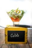Tabela rústica com salada deconstructed do cobb imagens de stock royalty free