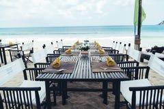 Tabela reservado na costa de mar na praia tropical Imagem de Stock Royalty Free