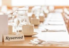 Tabela Reserved em um restaurante Fotos de Stock Royalty Free