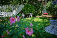 Tabela romântica do quintal para 2 foto de stock