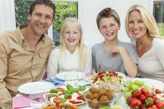 Tabela saudável da salada comer da família das crianças dos pais Fotografia de Stock