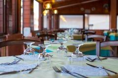 A tabela servida ajustou-se no restaurante na noite Imagens de Stock Royalty Free