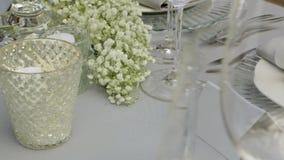 Tabela servida com flores