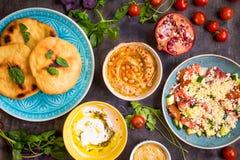 Tabela servida com os pratos de vegetariano do Oriente Médio Hummus, tahi imagens de stock royalty free