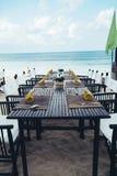 Tabela servida na costa de mar na praia tropical Imagem de Stock Royalty Free