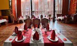 Tabela servida no dia dos amantes Nele coloque uma toalha de mesa, placa Fotos de Stock Royalty Free