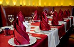 Tabela servida para muitos povos para um jantar do banquete para lá Fotos de Stock