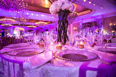 Tabela servida para o jantar no banquete de casamento no restaurante do hotel de luxo foto de stock royalty free