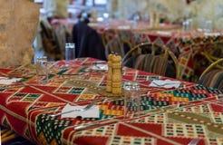 Tabela servida pronta para aceitar visitantes em um restaurante de borda da estrada perto da cidade de Wadi Musa em Jordânia imagem de stock