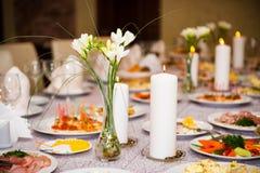 A tabela serviu com uma refeição em um restaurante imagem de stock royalty free
