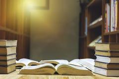 A tabela tem muitos livros a ler para aumentar a inteligência foto de stock