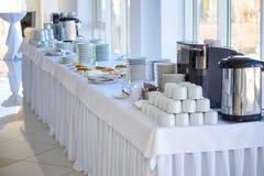 Tabela, utensílios de mesa, cutelaria, placas, copos, bolo, bolo, café, chá, café da manhã Foto de Stock Royalty Free