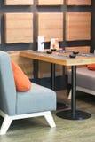 Tabela vazia acolhedor e sofás macios com almofadas em um café Foto vertical imagens de stock royalty free