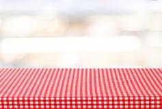 Tabela vazia com toalha de mesa sobre o fundo do bokeh do borrão Imagens de Stock