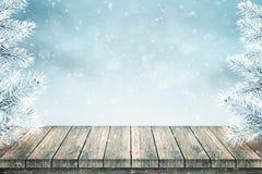 Tabela vazia e abeto de madeira do Natal cobertos com a neve imagens de stock royalty free