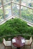 Tabela vazia em um arranha-céus com janelas panorâmicos Fotos de Stock