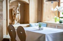 Tabela vazia em um restaurante tirolês tradicional da montanha em Áustria foto de stock